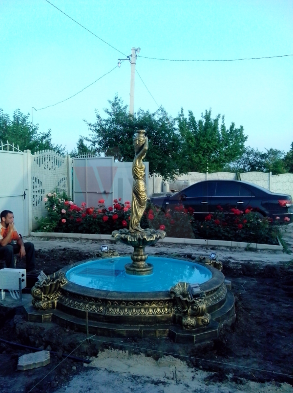 Девушка с кувшинами малый и бассейн